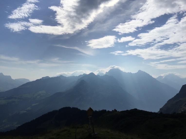 Blick von Brüsti in Richtung Urner Reusstal und Windgälle